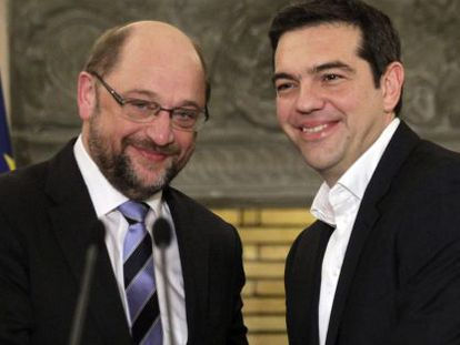 O novo primeiro-ministro grego, Alexis Tsipras (direita) e o presidente do Parlamento Europeu, Martin Schulz, em Atena.