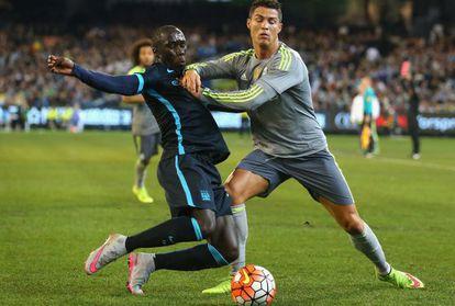 Cristiano Ronaldo e Sagna, durante o jogo.