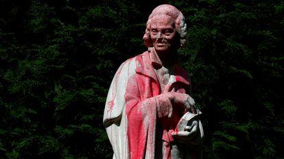 Estátua de Voltaire, filósofo iluminista, atacada com tinta vermelha em Paris, em 22 de junho.