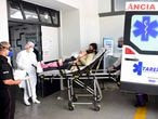 Mãe e filha com suspeita de covid-19 chegam de ambulância ao Hospital Municipal Tide Setúbal.