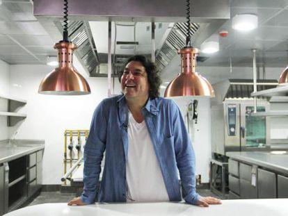 Acurio, na cozinha do seu restaurante.