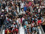 BRA50. SAO PAULO (BRASIL), 26/02/2021.- Decenas de pasajeros desembarcan del tren en la estación Luz hoy, en el centro de Sao Paulo (Brasil). Un año después del primer caso de coronavirus, que fue además el primero de América Latina, la pandemia sigue fuera de control en Brasil, con 250.000 muertos y un presidente que se niega a reconocer su gravedad, mientras la nueva cepa amazónica se extiende en silencio por el país. Desde el 26 de febrero de 2020, cerca de 10,4 millones de brasileños han padecido la covid-19, aunque se estima que el número real es hasta dos o tres veces mayor. EFE/ Sebastião Moreira