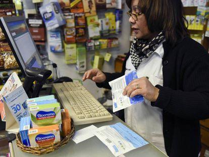 Funcionária de uma farmácia de Montevidéu vende dois pacotes de cannabis
