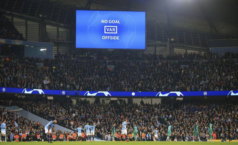 VAR anula gol por impedimento na Champions League.