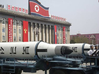 Mísseis balísticos durante um desfile militar na Coreia do Norte