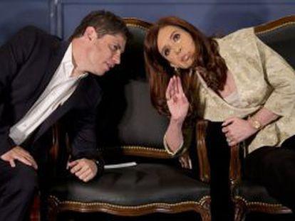 Kirchner conversa com seu ministro de Economia.