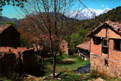 Vista de algumas das casas de Porcieda (Cantabria), aldeia abandonada com os Picos de Europa ao fundo, à venda por 1,5 milhões de euros.