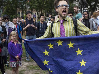 Partidário da permanência protesta junto ao Parlamento, em Londres.
