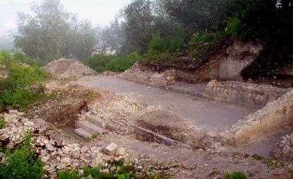 Margem norte da Praça Grande de Teposcolula. Sob sua base foi encontrado um cemitério com corpos de vítimas do 'cocoliztli'