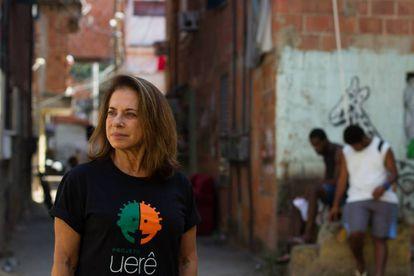 Yvonne Bezerra de Mello, no complexo da Maré.