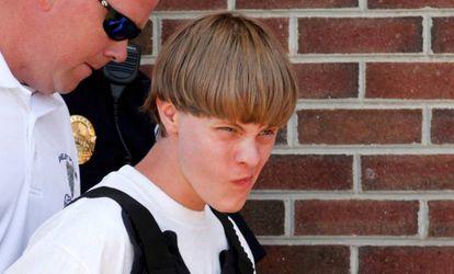 Dylann Roof chega ao tribunal da Carolina do Sul, em junho.