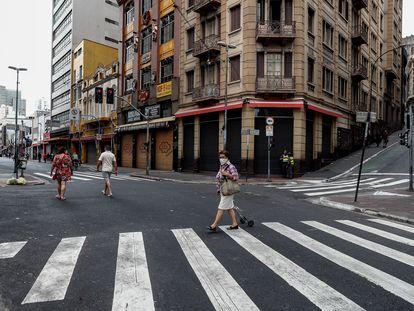 Lojas da 25 de março, principal centro comercial de São Paulo, são fechadas um dia depois do Natal devido ao aumento de casos de coronavírus na cidade.