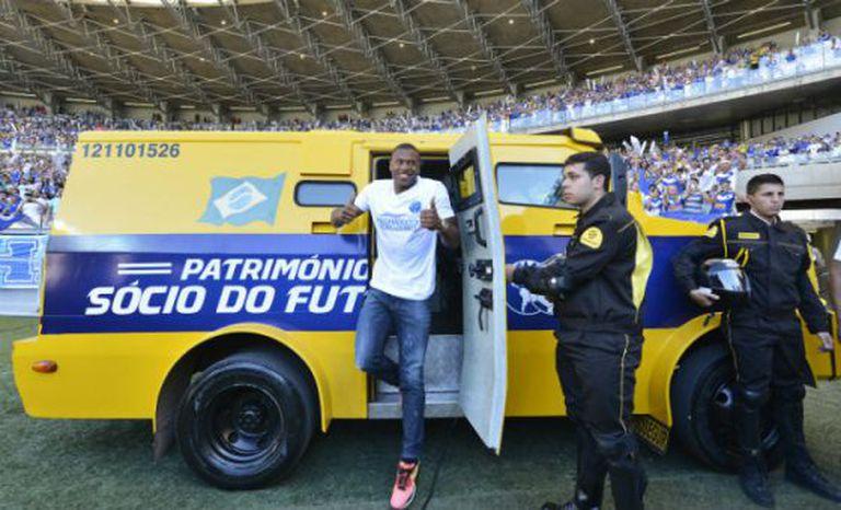 O meia-atacante Júlio Baptista sai de carro forte durante sua apresentação ao Cruzeiro, em julho de 2013.