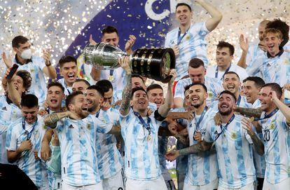 Messi levanta a taça da Copa América no Maracanã.