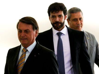 Presidente Jair Bolsonaro, acompanhado pelos ministros do Turismo, Marcelo Álvaro Antônio (C), e da Casa Civil, Braga Neto, durante o lançamento da retomada do turismo no Palácio do Planalto, em 10 de novembro.