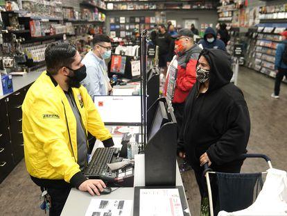 Clientes da GameStop em uma loja de Manhattan, em novembro.
