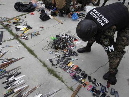 Revista em uma prisão hondurenha para recolher celulares e armas.