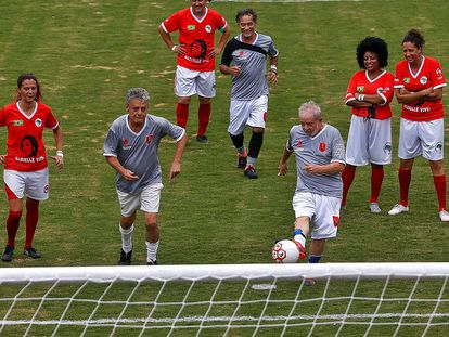 Lula cobra pênalti em jogo ao lado de Chico Buarque, no campo do MST.