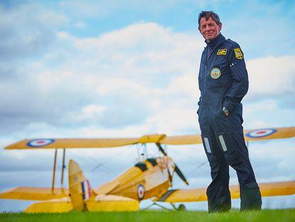 O ex-piloto da RAF David Morgan posa com seu avião perto de onde mora em Shaftersbury, a 150 km de Londres.