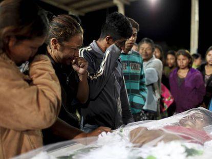 Familiares choram no velório de Clodioude, em junho passado.