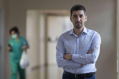 O infectologista Oriol Mitjà durante a entrevista.