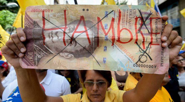 Opositores venezuelanos se queixam do desabastecimento em uma marcha em Caracas em 2017.