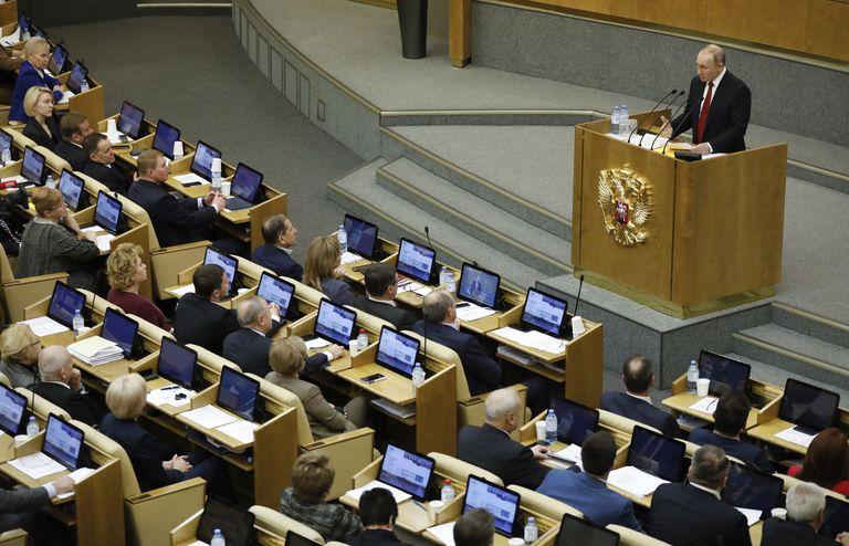 Vladimir Putin fala durante sessão que discute a reforma constitucional na Duma Estatal.