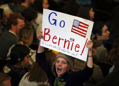 Apoiadora de Sanders aguarda seu discurso em Wisconsin.