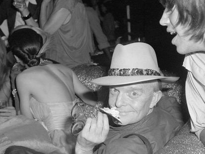 Truman Capote, no 10º aniversário da revista 'Interview', de Andy Warhol, no mítico Studio 54 nova-iorquino, em 1979. Em vídeo, o trailer de 'The Capote tapes'. / FOTO: GETTY
