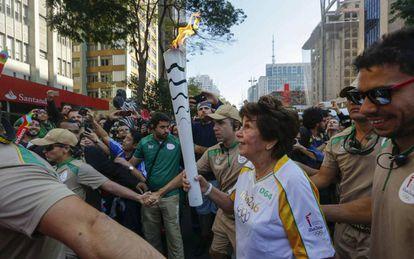 Maria Esther Bueno carrega, em São Paulo, a tocha olímpica em São Paulo.