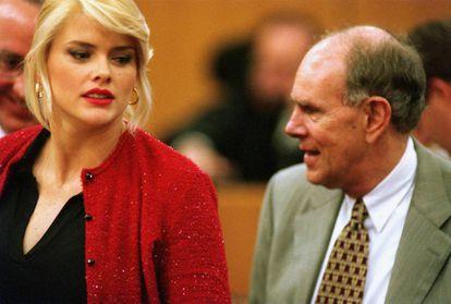 Anna Nicole Smith e seu ex-enteado, Howard Marshall III, durante o julgamento realizado em 2000, no qual disputavam a fortuna de J. Howard Marshall II.