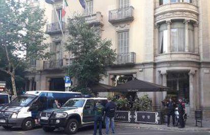Policiais em outra ação, na rua Pau Claris.