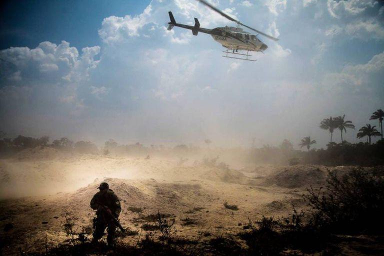Helicóptero do IBAMA e seus agentes no garimpo Esperança IV.
