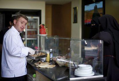 Warif Hamido prepara comida para os clientes de seu restaurante na Cidade de Gaza.