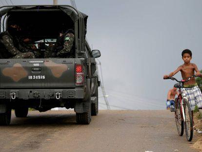 Militares patrulham uma rua de Japeri, perto do Rio.