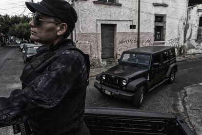 Agentes da Polícia do Estado de Jalisco patrulham a cidade de Guadalajara.