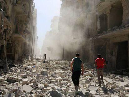 Um homem inspeciona a destruição de um edifício após um ataque aéreo em Aleppo, no domingo.