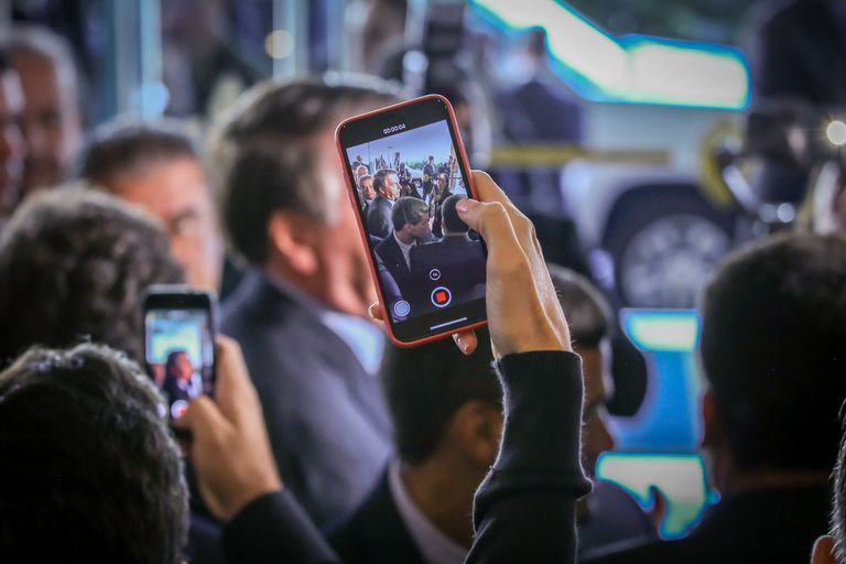 O presidente Jair Bolsonaro fala com a imprensa na saída de um evento em Miami.