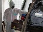 Agente funerário no Hospital 28 de Agosto, em Manaus, em 4 de janeiro, dia de internações recorde.