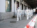Efectivos de la UME trabajan en la desinfección de la estación de Granada, este jueves.