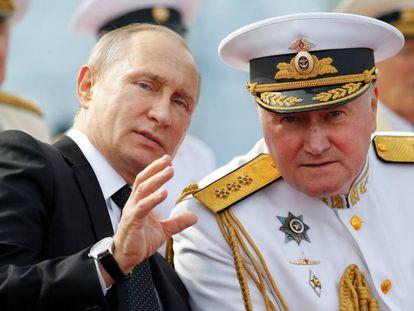 Vladimir Putin fala com o comandante em chefe da Marinha russa, Vladimir Korolev, segunda-feira em São Petersburgo.