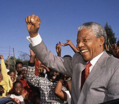 Obviamente, Nelson Mandela falava de mudar o mundo para melhor. A educação é crucial para deixar claro que não devem existir barreiras de gênero, que a pobreza é algo que é preciso erradicar, e que frear a mudança climática é indispensável. Na verdade, o ativista e político sul-africano não disse nada que não soubéssemos, tanto é que diversos regimes tentaram aproveitar a frase para seus próprios interesses, utilizando as salas de aula não para educar, e sim para doutrinar. Na imagem, Nelson Mandela visita a escola Hlengiwe, em Johannesburgo, para estimular os alunos a aprenderem.
