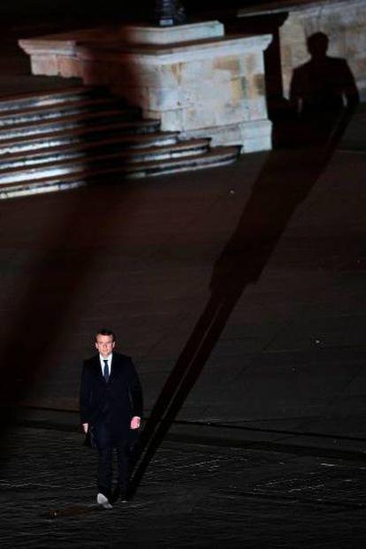 Macron caminha para o Museu do Louvre no dia de sua eleição presidencial.