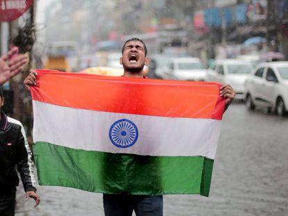 Um homem celebra nesta terça-feira o bombardeio do Paquistão em Calcutá.