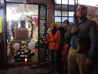 Amigos e familiares acompanham o funeral de Fátima nesta segunda-feira, em Tulyehualco, na Cidade do México.