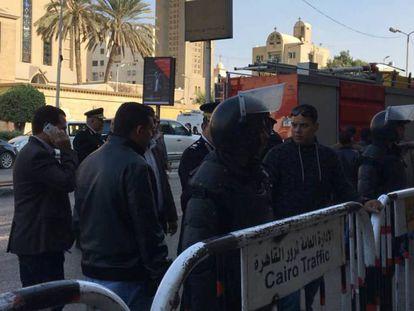 Forças de segurança cercam a catedral, neste domingo.
