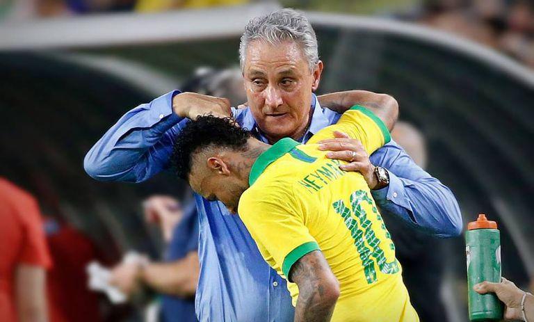 Tite cumprimenta Neymar em amistoso contra a Colômbia.