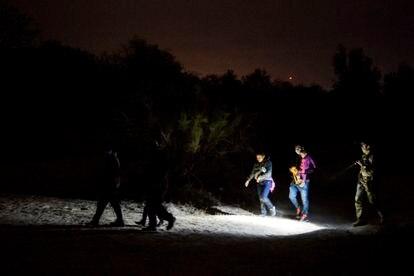 Famílias de imigrantes chegam à comunidade de Roma, no Texas, em março de 2021.