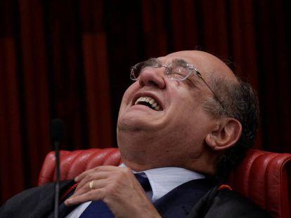 O ministro Gilmar Mendes ri durante sessão no TSE que julgou a chapa Dilma-Temer