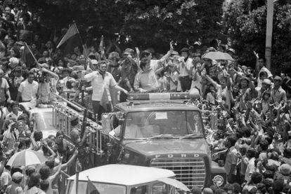 Membros da junta de governo provisório sandinista entram na praça principal no centro de Manágua, Nicarágua.